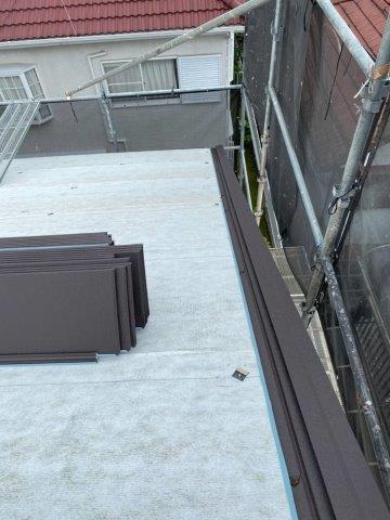 屋根カバー工法 材料搬入 ケラバ設置